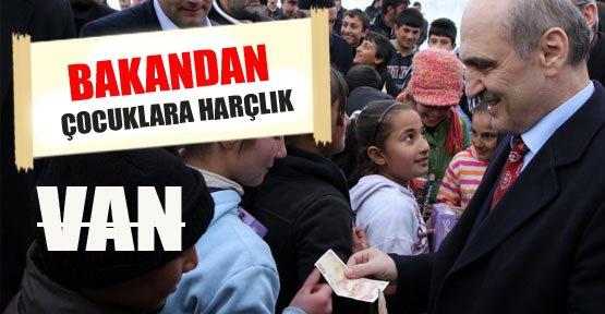 Erdoğan Bayraktar çocuklara harçlık verdi