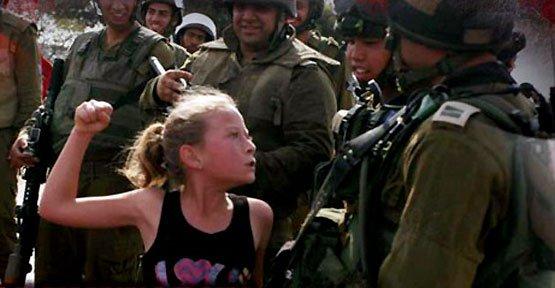 İsrail askerine yumruk kaldıran Filistinli Cesur Kız Babasına Kavuştu