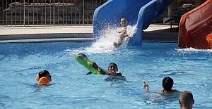 Rus Turistler Çamur Banyosu Yaparak Yorgunluklarını Atıyor