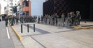 Venezuela'da Askerler Savcılığın Önünü Ablukaya Aldı