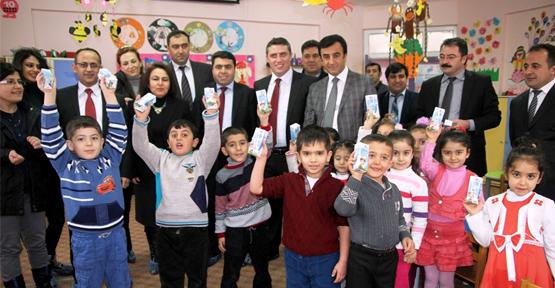 Van'daki Öğrenciler Sütle Okula Başladı