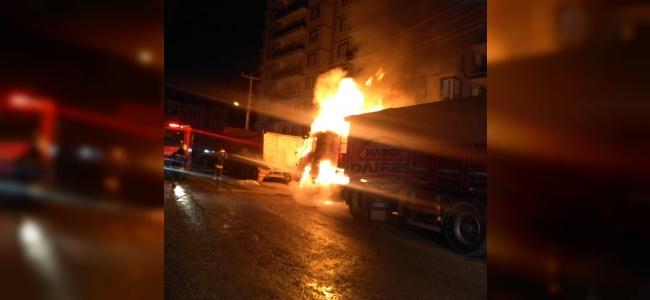 Konya'da park halindeki TIR alevlere teslim oldu