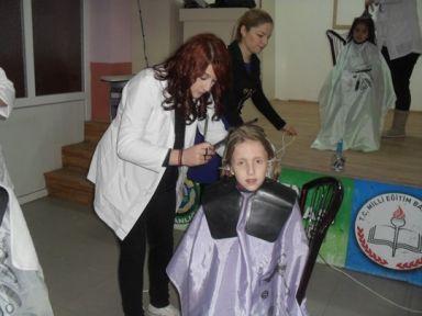 Erciş'te Kuaförlerden Çocuklara Sevindiren Yardım