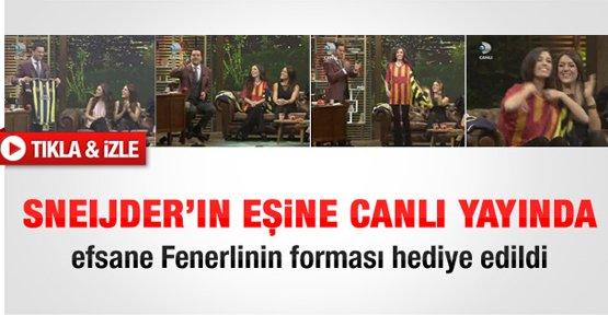 Sneijder'in eşine Fenerbahçe forması